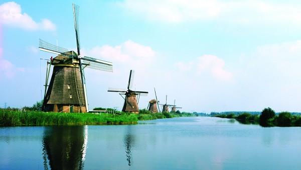 Follow us to the famous windmills of Kinderdijk